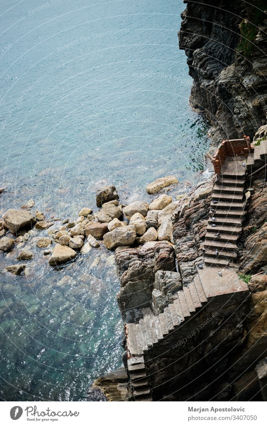 Treppe, die auf einer Felsklippe zum Eingang zum Meer führt adriatisch Hintergrund Bucht Strand schön Vögel blau Klippe Küste Küstenlinie Beton leer Europa