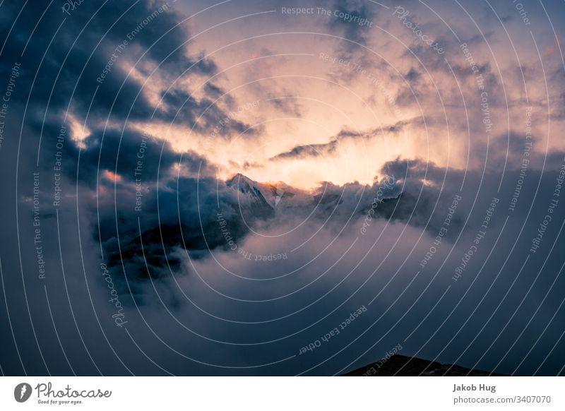 Sonnenuntergang in den Schweizer Alpen mit Ausblick auf das Weisshorn Gipfel Berge u. Gebirge Bergsteigen Landschaft Klettern Himmel Natur blau Abendrot Schnee