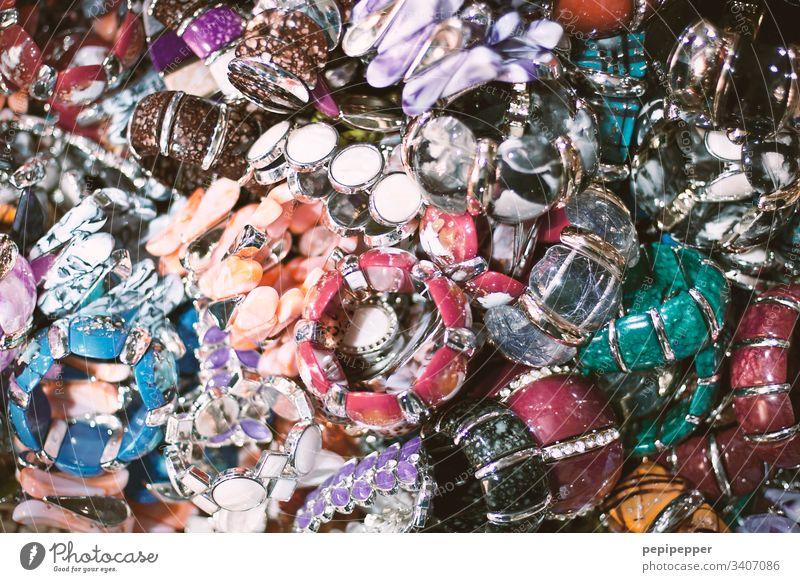 Schmuckschatulle mit vielen, bunten Armbändern gold Kette Kitsch Dekoration & Verzierung Perle Nahaufnahme glänzend mehrfarbig Perlenkette rot blau grün gelb