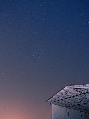 ein Himmel voller Sterne Nacht Nachthimmel Scheune Sternenhimmel Menschenleer Weltall Langzeitbelichtung Sternbild Himmelskörper & Weltall blau rot