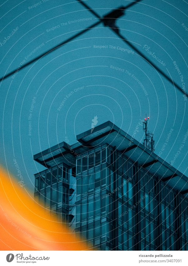 blaues städtisches Gebäude urban Wolkenkratzer großes Gebäude Straße Lichter Straßenbahn Architektur modern Stadtbild Büro Abend Blauer Abend blau und gelb