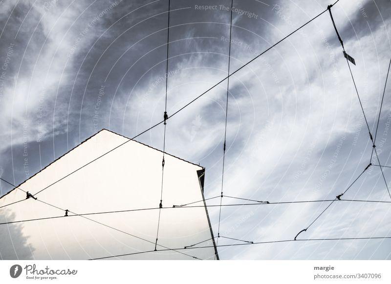 Seilschaft | Haus gut vernetzt - UT Kassel Leitungen Gebäude Schatten Menschenleer Tag Fassade Sonnenlicht Außenaufnahme Wand Farbfoto Strom Verbindung Himmel