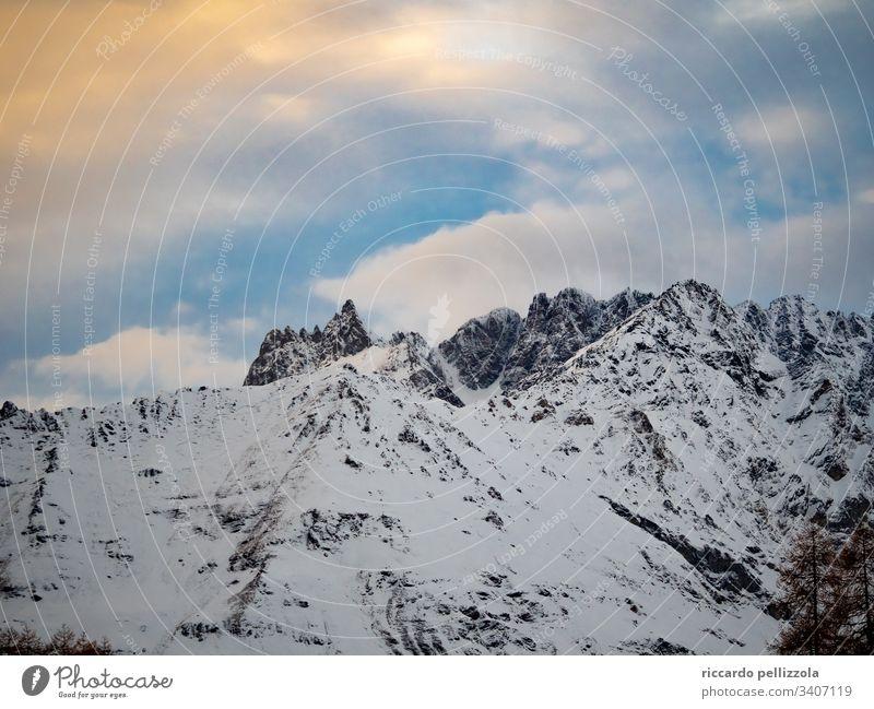 Berghimmel Profil Berge u. Gebirge Landschaft Menschenleer Wolken Schnee Natur kalt frieren Eis Winter Umwelt Berglandschaft Himmel bunter Himmel hoch Sonne