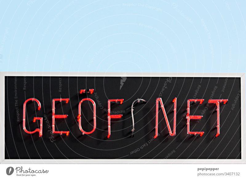 GEÖFFNET Neonschild rot Schrift Buchstaben Typographie Großbuchstabe Farbfoto Text Schriftzeichen Wort Lateinische Schrift Wand Schilder & Markierungen