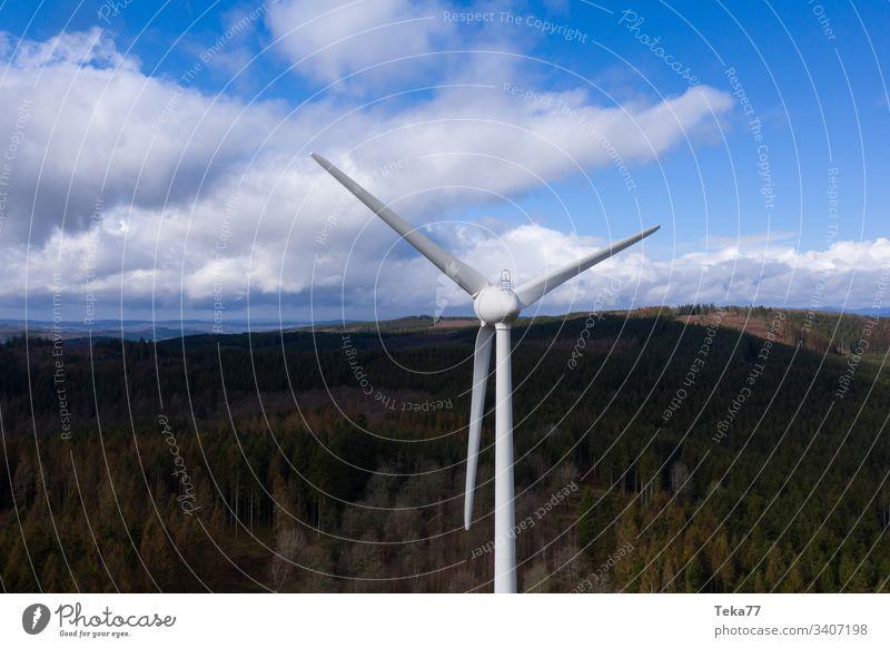 Windrad vor einer dunklen Waldhügellandschaft und Wolkenlandschaft Air hell Wolkenlandschaften dunkel Elektrizität Energie von oben Ökostrom Turbine Rad