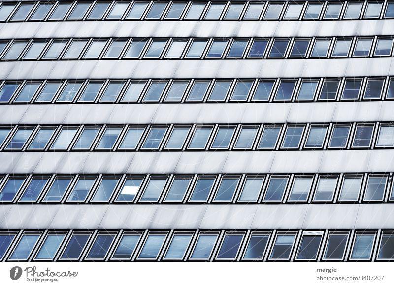 UT Kassel | Fensterfront mit Aushang Gebäude Hochhaus Architektur Zettel Glas Haus Fassade Gesellschaft (Soziologie) Bürogebäude Reihen Fensterrahmen