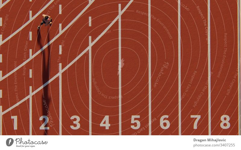 Frau läuft auf der Leichtathletikbahn 3D-Rendering Aktion Athlet sportlich Blöcke Körper Meister Konkurrenz Energie Veranstaltung Übung schnell Feld passen