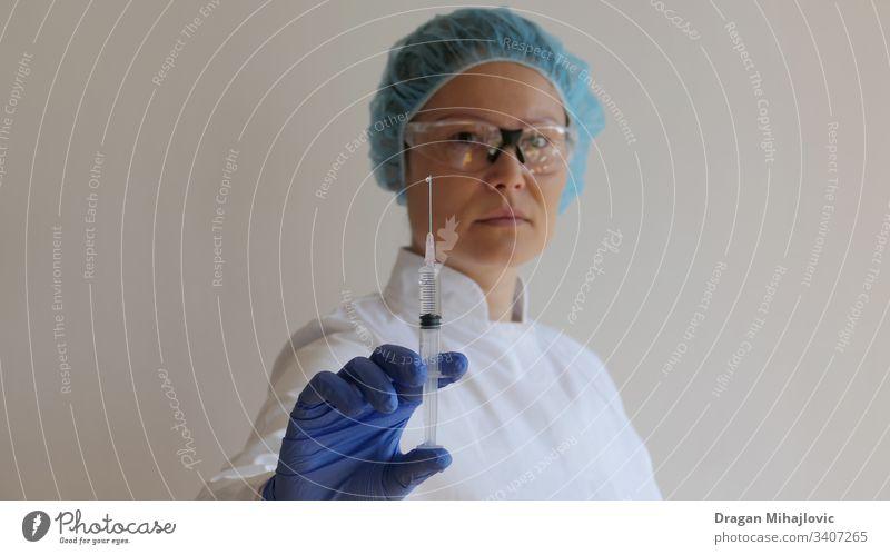 Ärztin hält eine Injektion in der Hand Anästhesie Antibiotikum Arme asiatische Frau Biologie Pflege Chinesisch Klinik Nahaufnahme Coronavirus Arzt Dosis