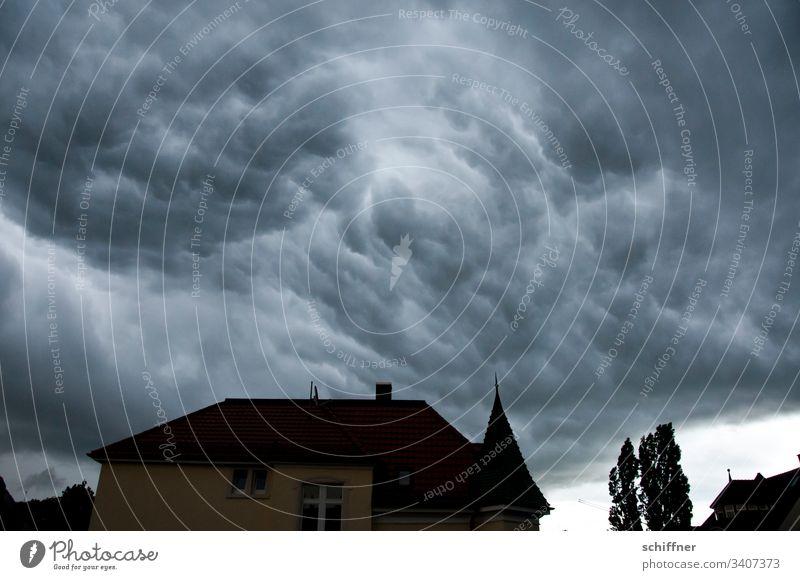 Silhouette eines Hauses vor Sturmwolken Villa Baum schlechtes Wetter Schlechtwetterfront Wolken Wolkendecke Wolkenformation Wolkenhimmel Himmel Unwetter