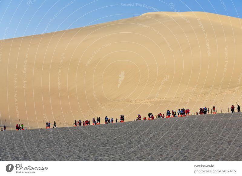 Schlittenfahrer auf den Dünen um den Crescent Lake - Yueyaquan-Oase. Dunhuang-Gansu-China-0661 mehrere Personen viele Menschen Menschen in der Reihe Queue