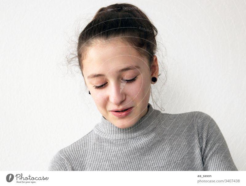 Mädchen im Gespräch mit Blick nach unten Jugendliche Porträt schön Mensch Lächeln reden kommunizieren Wimpern brünett Zopf Pferdeschwanz Haare langhaarig
