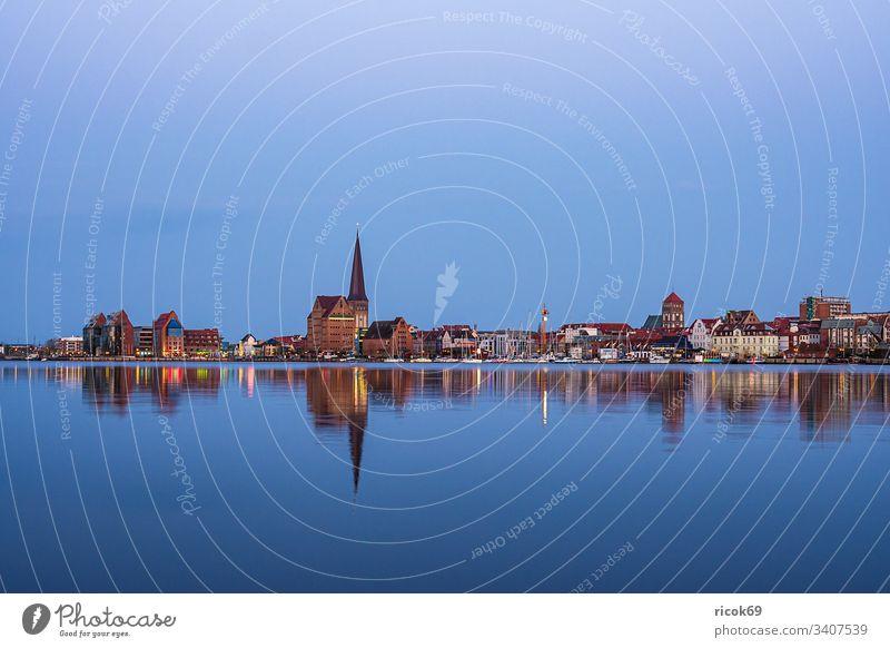 Blick über die Warnow auf die Stadt Rostock am Abend Fluss Mecklenburg-Vorpommern Stadthafen Architektur Häuser Gebäude Wahrzeichen Sehenswürdigkeit Wasser