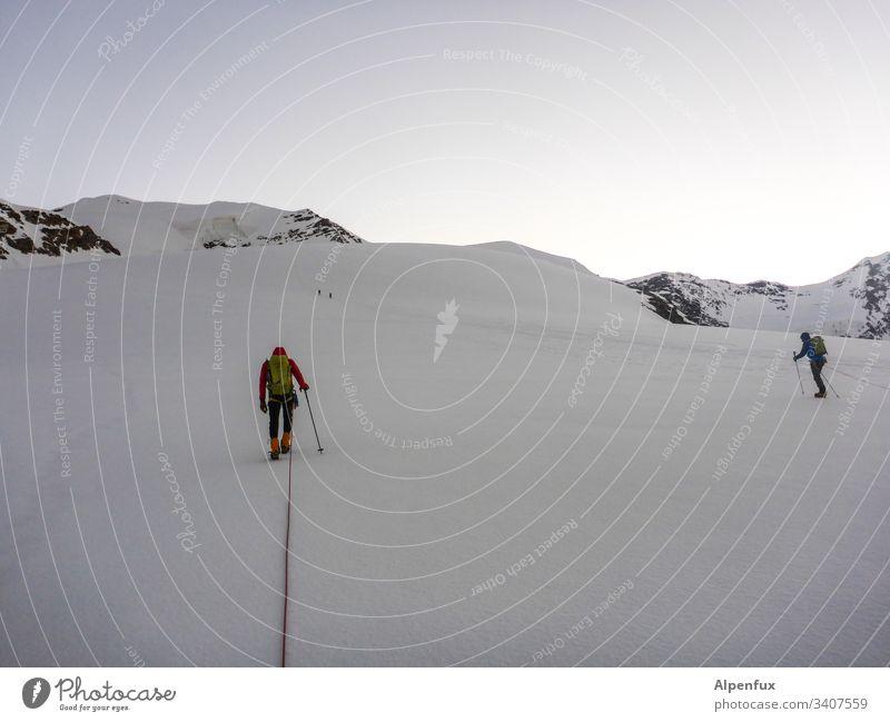 Abstand halten in einer|Seilschaft Mut Schnee Abenteuer Außenaufnahme Farbfoto Berge u. Gebirge Natur Landschaft Panorama (Aussicht) Bergsteiger Bergsteigen