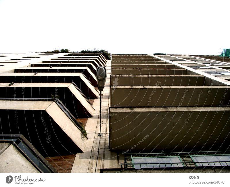 Stadtfels Haus Balkon Beton Straßenbeleuchtung Wand Architektur Wohnungsbau Schattten Strukturen & Formen Perspektive