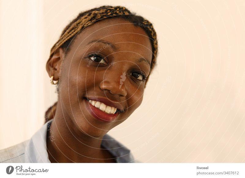 lächelnde Museumsrezeptionistin, Havanna - Kuba schön Schönheit Nizza Lächeln Empfangsdame karibisch Insel Kubanerin Erwachsener Menschen Porträt gutaussehend