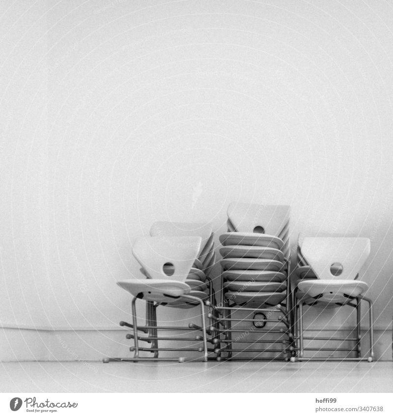 Stapel von Stühlen Stuhl minimalismus minimalistisch Klappstuhl Büro Konferenzsaal Stuhlgruppe Stuhlstapel Stahl modern trist grau Sauberkeit Kunstlicht