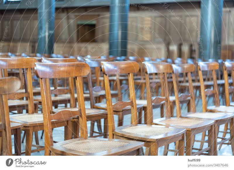 Holzstühle in einer Kirche Stuhl Stühle minimalismus minimalistisch Stuhlreihe Kirchenraum Religion & Glaube Hoffnung Christentum Gotik Gotteshäuser Dom