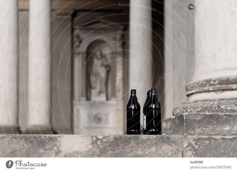 Leere Flaschen in Sanssouci Palace Bierflaschen leer Säule Struk Alkohol trinken Alkoholisiert Rauschmittel Einsamkeit Menschenleer Abhängigkeit Glas
