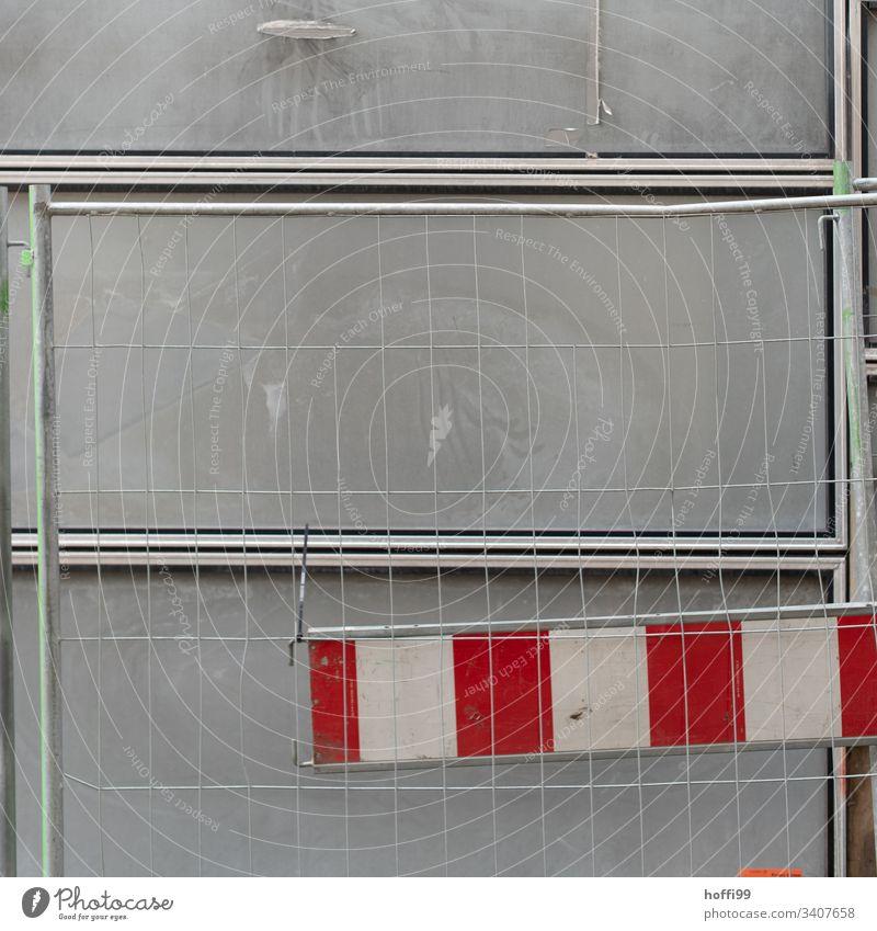 Baustellenabsperrung Barke Zaun Absperrung graue Wand Zäune eingezäunt Metallzaun Schranke Sicherheit Schutz Schilder & Markierungen Straßenbau Mauer verbogen