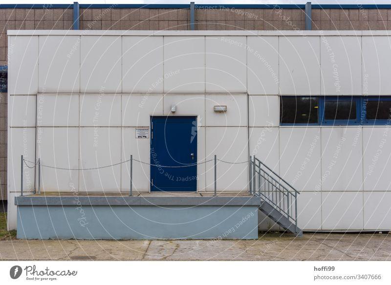 Eingang zur Lagerhalle Halle Eingangstür Fassade Fabrik Industrieanlage Wellblechwand Metallfassade Minimalismus Design Architektur Industrielle Fassade