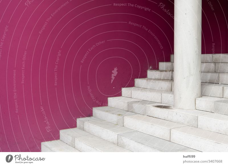weiße Treppe vor lila Wand Mauer stufen Stufenordnung Baustein graphisch Linie Farbfoto Detailaufnahme Treppenansatz Linien Muster Ordnung Steinwand
