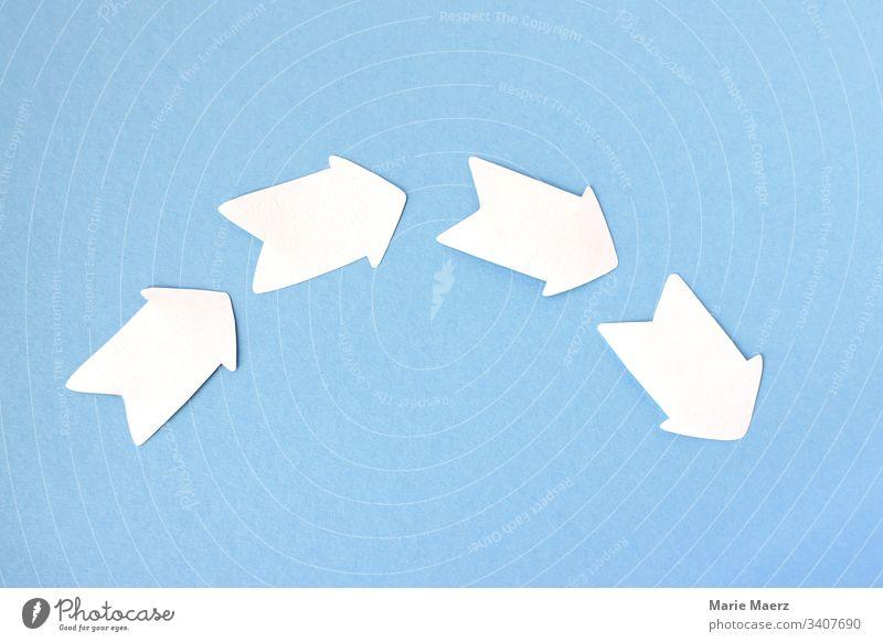 Prozess - Vier weiße Pfeile zeichnen einen Bogen Entwicklung handgemacht Papier abstrakt Hintergrund neutral Textfreiraum Farbfoto Richtung Kurve Halbkreis