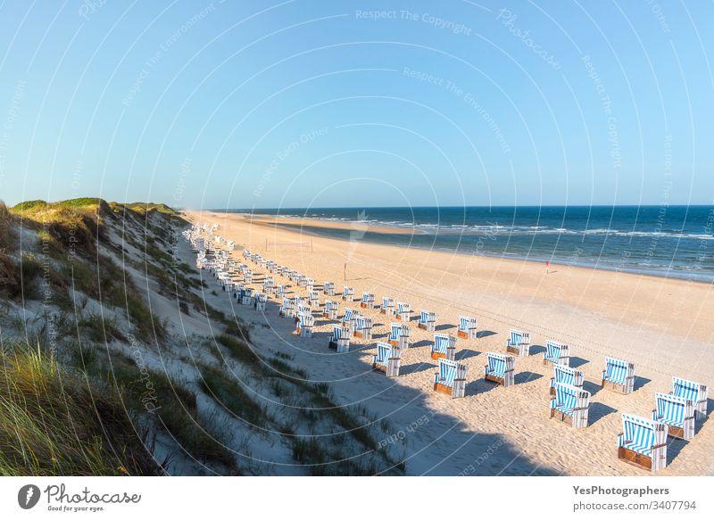 Strandlandschaft an der Nordsee. Berühmter Ferienort im Wattenmeer Deutschland Schleswig-Holstein ausgerichtet blau Stühle Küste Küstenlinie Dunes leer Europa