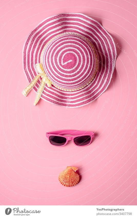 Mädchen-Strand-Accessoires auf rosa Hintergrund. Minimalistische Ansicht von oben obere Ansicht Zubehör Transparente Zusammensetzung Konzept Brille Mode