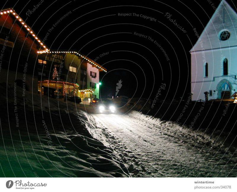 Scheinwerfer im Schnee Europa Winterurlaub Winterstimmung Nachtstimmung