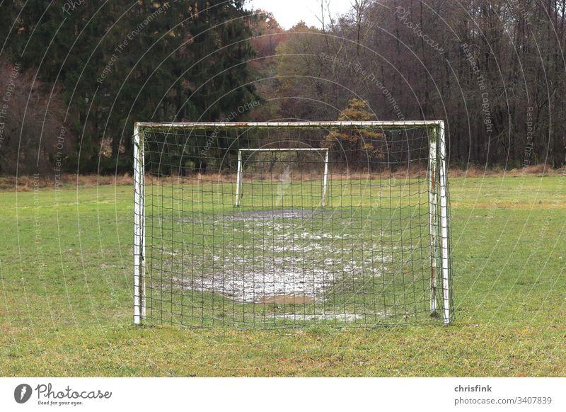 Fußballtore auf Rasen im Wald Tor Fußballplatz Ballsport Spielen Menschenleer Außenaufnahme Farbfoto Freizeit & Hobby Stadion einsam