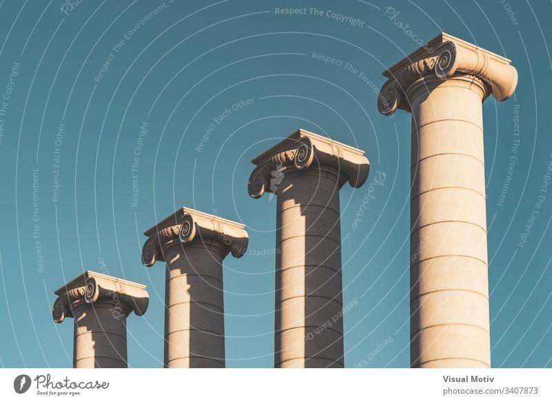 Vier Säulen im ionischen Stil gegen den blauen Himmel Farbe vier ionischer Stil Architektur architektonisch im Freien Außenseite urban Kunst Blauer Himmel