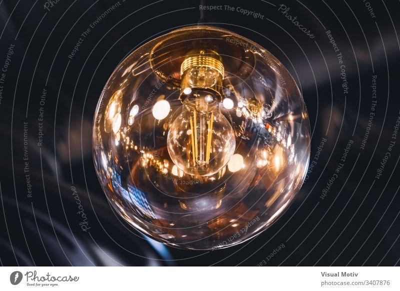 Riesige Glühbirne im Vintage-Stil mit ihren innen sichtbaren Retro-Fäden Farbe Schwache Tiefenschärfe Nahaufnahme Licht Kunstlicht niemand keine Menschen