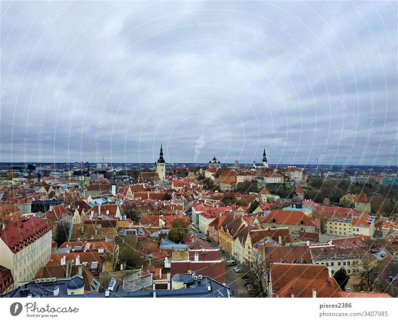 Grauer Himmel über der Ober- und Unterstadt von Tallinn Estland Architektur Kirche Stadtbild Großstadt Ansicht Gebäude Wahrzeichen Turm urban Panorama alt