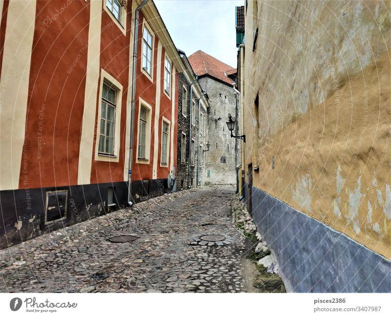 Wunderschöne alte Straße im Stadtzentrum von Tallinn baltisch Europäer historisch berühmt Dach Sightseeing mittelalterlich Abend reisen Wand Landschaft Kultur