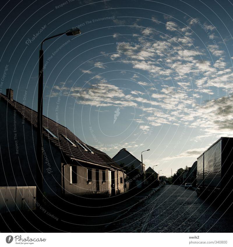 Brandenburg Dorf bevölkert Haus Mauer Wand Fassade Dach Verkehr Straße dunkel Straßenbeleuchtung Laterne Kopfsteinpflaster Textfreiraum Farbfoto Gedeckte Farben