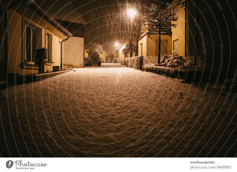 Wintereinbruch Schneefall Winterstimmung Winternacht Straße