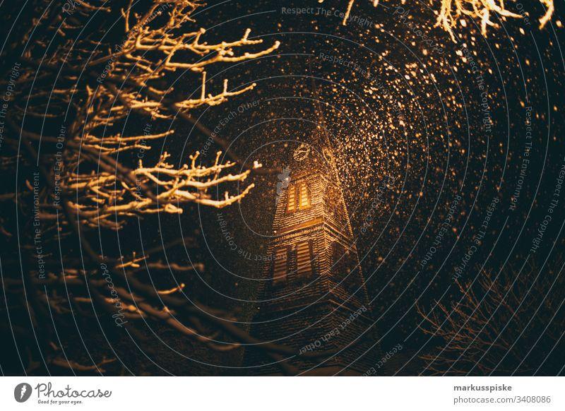 Kirche Wintereinbruch Schneefall Winterstimmung Winternacht Straße Nacht Lichtstrahl Kirchturm