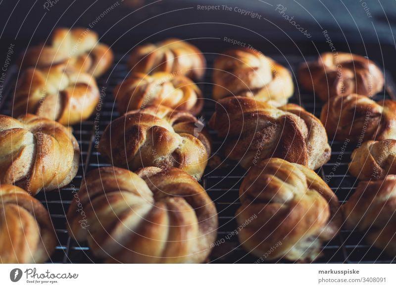 Selbstgebackene Zimtschnecken selbstgebacken Süßspeisen Schnecke Teig Teigwaren Bäckerei Backwaren Bäckerhandwerk Handarbeit