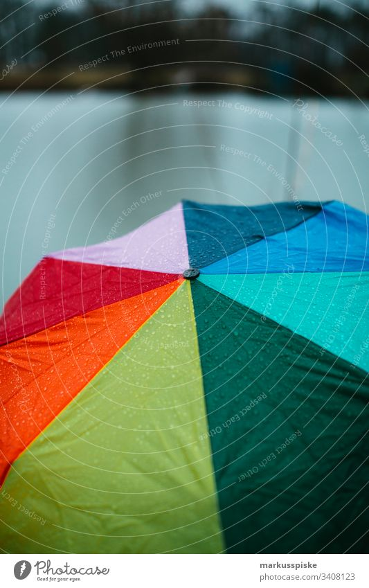 Bunter Regenschirm Regenwetter Sauwetter Regentropfen bunt Regenbogenfarben nass