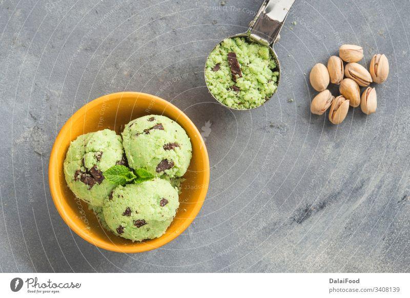 Eiscreme mit Pistazie und Schokolade Hintergrund Ball Schalen & Schüsseln kalt Sahne cremig Molkerei dekoriert lecker Dessert Geschmack Lebensmittel gefroren