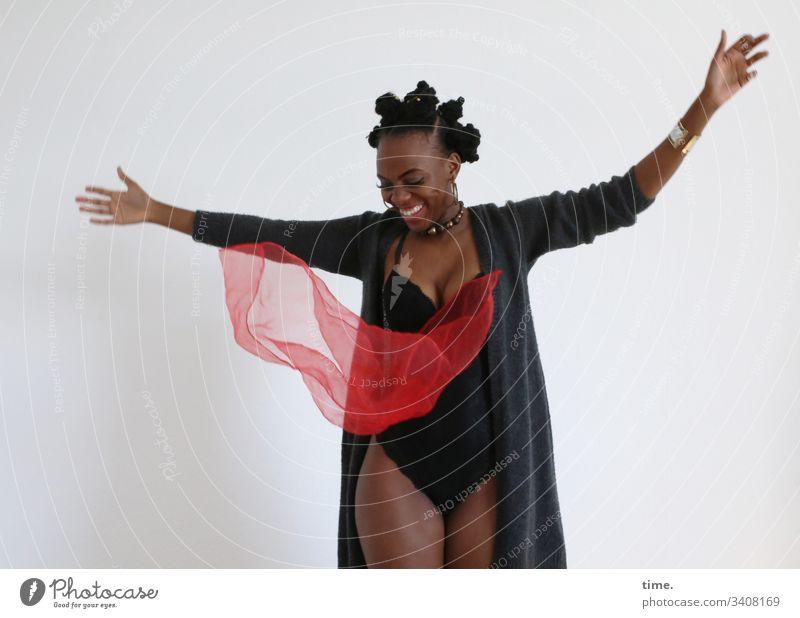 Tash portrait weiblich frisur schmuck wolljacke ohrring bantu knots zopf lockenzopf feminin blick schauen schauspielerin künstlerin dunkelhäutig melanin
