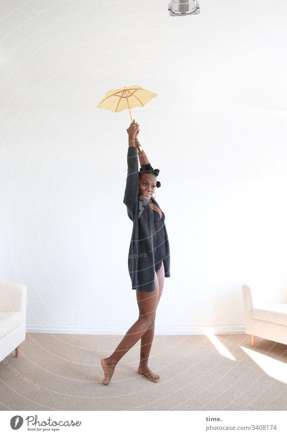 Tash portrait weiblich frisur schmuck wolljacke ohrring schirm bantu knots zopf lockenzopf feminin blick schauen schauspielerin künstlerin dunkelhäutig melanin