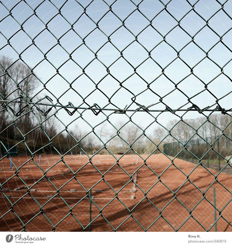 Geschlossen Einsamkeit Sport Frühling Freizeit & Hobby geschlossen Schönes Wetter Fitness Quadrat Sport-Training Ballsport Sportstätten Maschendrahtzaun Tennisplatz