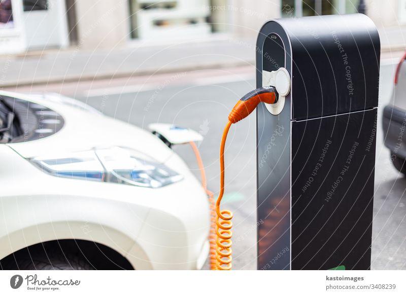 Stromversorgung für das Laden von Elektroautos. Ladestation für Elektroautos. Nahaufnahme der Stromversorgung, die an ein zu ladendes Elektroauto angeschlossen ist.