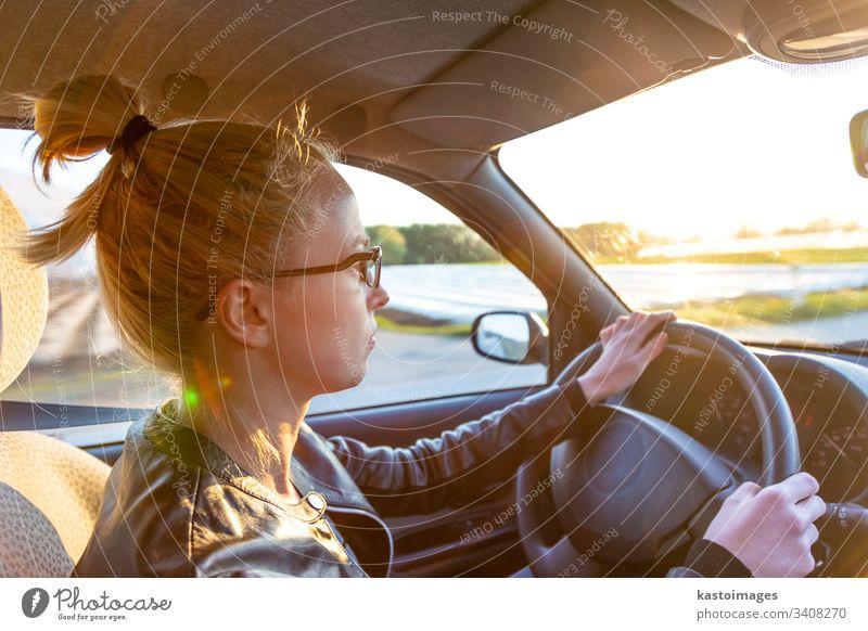 Lässige kaukasische Frau, die einen PKW für eine Reise auf dem Land fährt. Landschaft Laufwerk Fahrer Verkehr Erwachsener Transport Frühling reisen Spaß Dame
