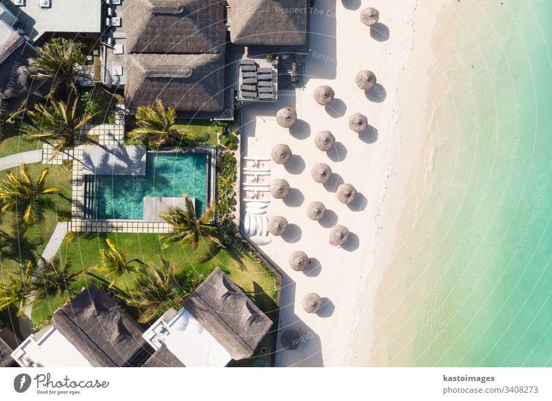Luftaufnahme des erstaunlichen tropischen weißen Sandstrandes mit Palmblattschirmen und türkisfarbenem Meer, Mauritius. Strandpromenade Resort reisen Pool Hotel