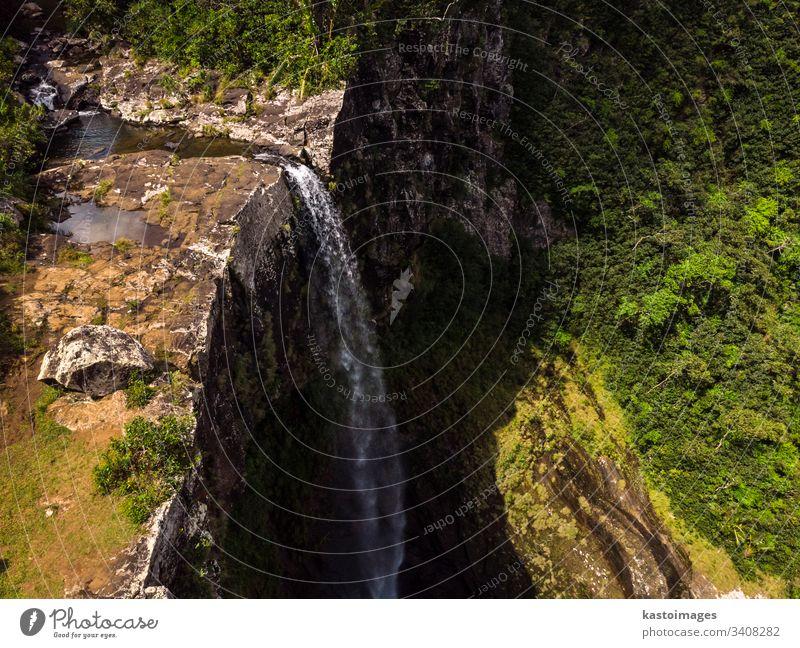 Luftaufnahme-Perspektive eines erstaunlichen 500 Fuß hohen Wasserfalls im tropischen Inseldschungel von Mauritius. Fluss Klippe Dschungel Wald Ansicht Afrika