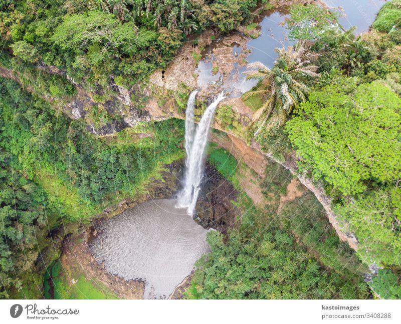 Luftaufnahme-Perspektive des Chamarel-Wasserfalls im tropischen Inseldschungel von Mauritius. Ansicht Afrika fließend Wald grün Dschungel Landschaft