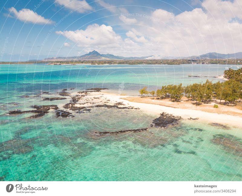 Luftaufnahme eines wunderschönen tropischen Strandes mit türkisfarbenem Meer. Tropisches Urlaubsparadies mit D'eau Douce und Ile aux Cerfs Mauritius