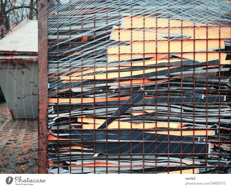 Hinter Gitter Container Altpapier Müll Reste Papier Streifen Papierstreifen buntmgelb verpackt Logistik Transport transportfertig Recycling Karton wegwerfen